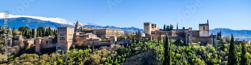 Panorama Alhambra in Granada vor schneebedeckter Sierra Nevada Fototapete