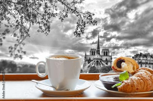 katedra-notre-dame-z-kawa-i-rogalikami-w-paryzu-francja