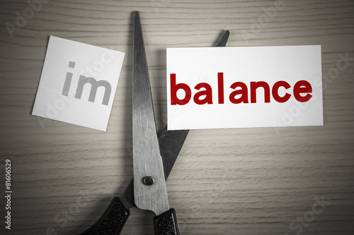 Valokuvatapetti Cut balance from imbalance