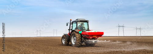 Farmer fertilizing arable land with npk fertilizer Fototapete