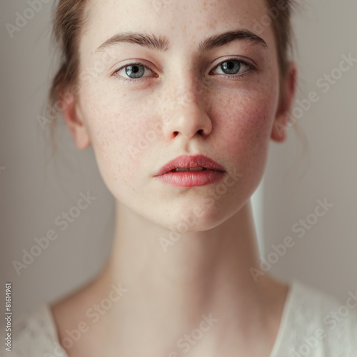 Foto  Portrait of young woman with freckles