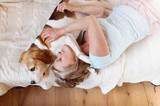 Starsza kobieta leżąca z psem