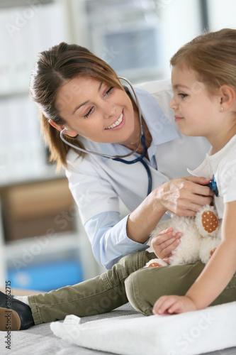 doktorska-egzamininuje-mala-dziewczynka-z-stetoskopem