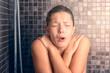 canvas print picture - Nackte Frau ist geschockt wegen kaltem Wasser