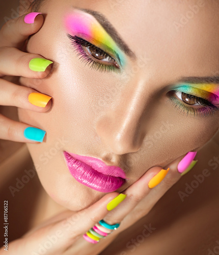 Foto op Plexiglas Beauty Beauty girl face with vivid makeup and colorful nail polish