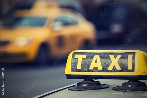Fotografie, Obraz  Znamení taxi s digitálním retro efekt