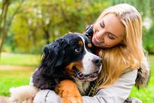 Frau Knuddelt Mit Hund Im Park