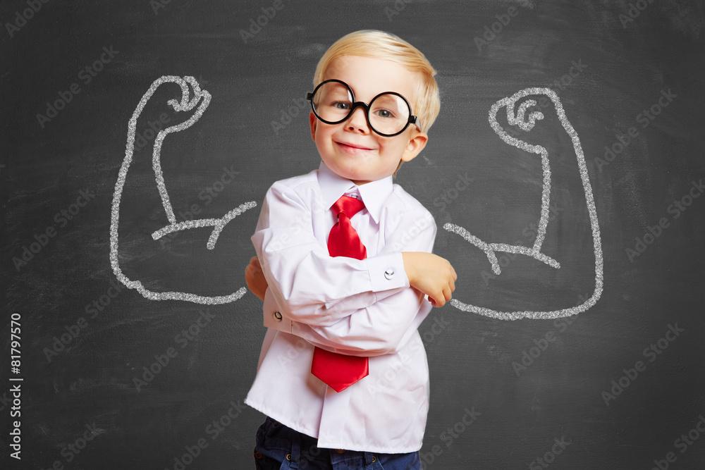 Fototapety, obrazy: Kind vor Tafel mit Muskeln aus Kreide