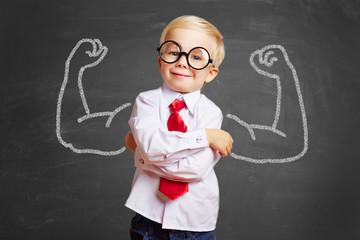 Dziecko przed blackboard z mięśniami kreda