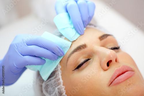 Fotografía  beauty treatment, squeezing pimples