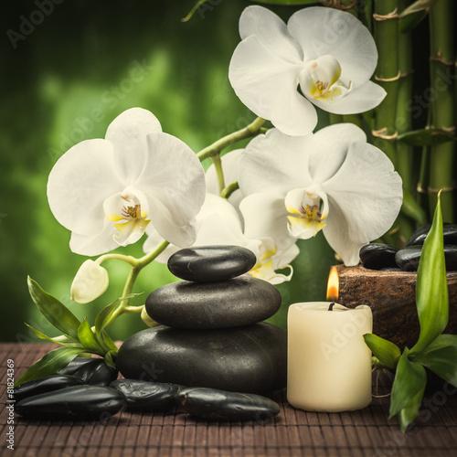 koncepcja-spa-biale-kwiaty-czarne-kamienie-swieczka-czystosc-i-spokoj