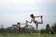 Junge sportliche Frau macht Fahrrad Yoga in der Natur
