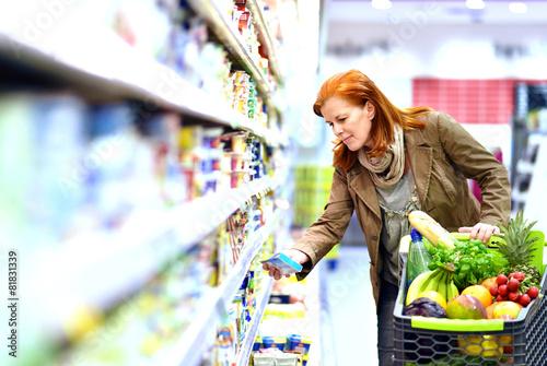Foto  - Frau kauft Lebenmittel im Supermarkt ein -