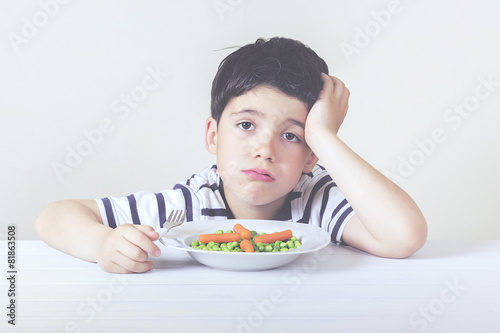 Fényképezés  niño triste con la comida