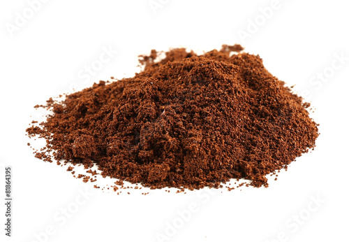 Foto  Pile of ground coffee isolated on white