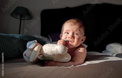 Photo  kleinkind zuhause auf dem bett