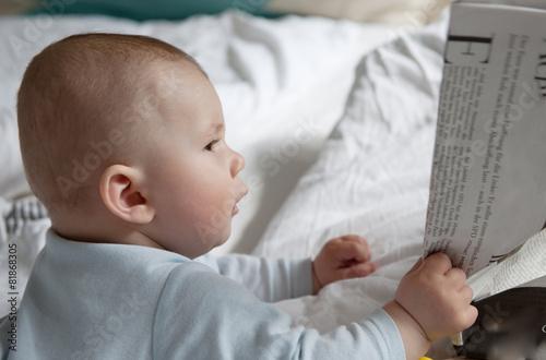 Photo  baby liest zeitung