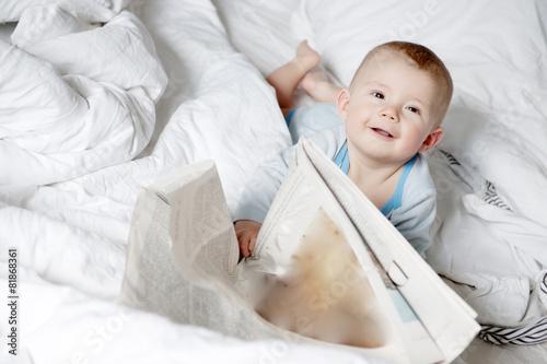 baby liest zeitung Canvas Print