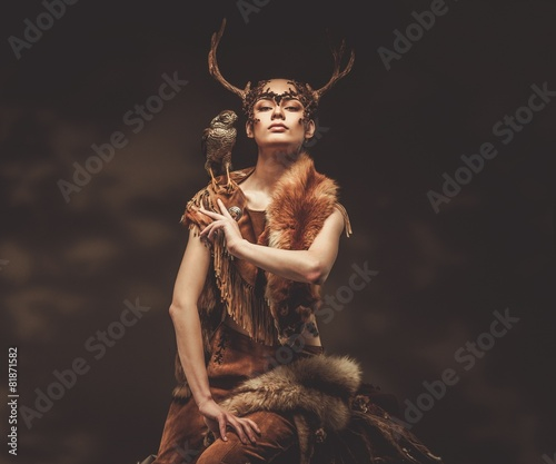 Fotografia Woman shaman in ritual garment with hawk