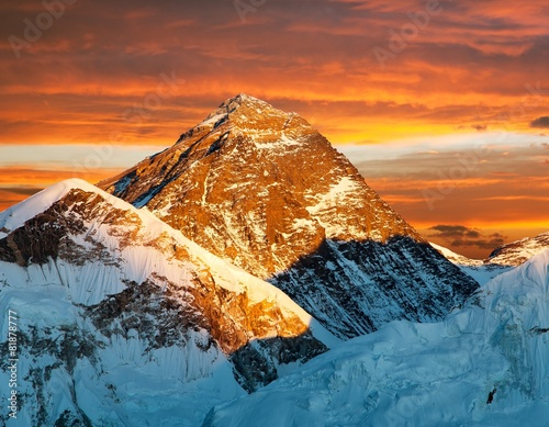 Fotobehang Baksteen Evening view of Mount Everest from Kala Patthar