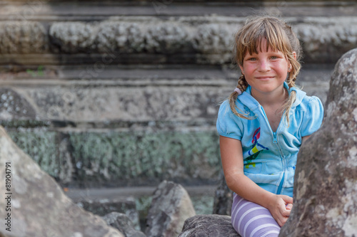 Photo  young happy child girl, smiling portrait, angkor wat, cambodia