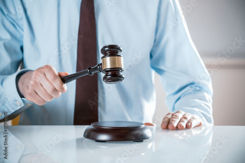 Photo Lawyer or auctioneer raising his gavel