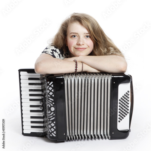Fotografía  smiling teenage girl on the floor of studio with accordion