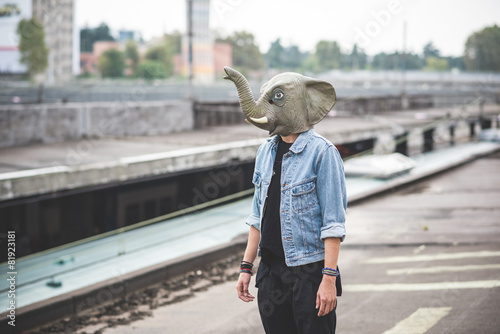 Foto elephant mask young handsome bearded hipster man