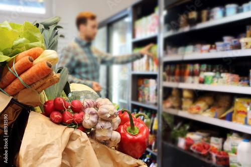Plakat Klient w sklepie spożywczym