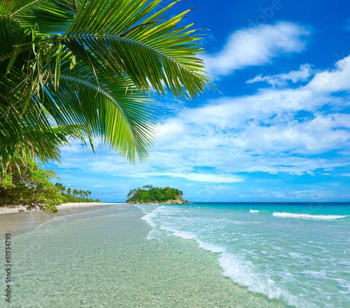 Obraz premium Piękna tropikalna plaża z wyspą w tle