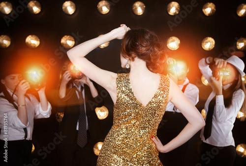 Photo  Superstar woman posing to paparazzi