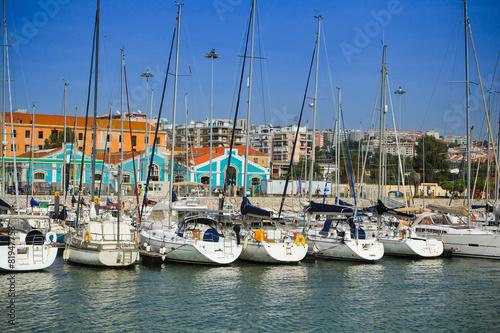 lizbona-zaglowki-i-jachty-w-porcie-sloneczne-wakacje