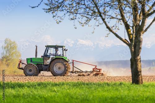Photo  Traktor mit Egge