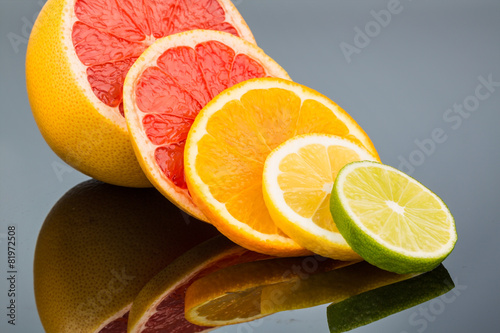 Photo Stands Slices of fruit Spiegelung einer Orange