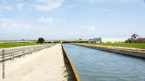 In de dag Kanaal Canal de riego en el Delta del Ebro, Amposta, Tarragona