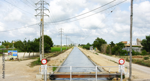Fotobehang Kanaal Canal de riego en el Delta del Ebro, Amposta, Tarragona