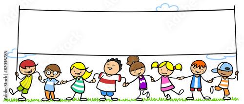 grupa-dzieci-trzymajaca-duzy-baner