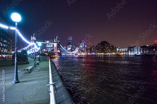 Fotografía  Panoramica  notturna del Tower Bridge  a Londra