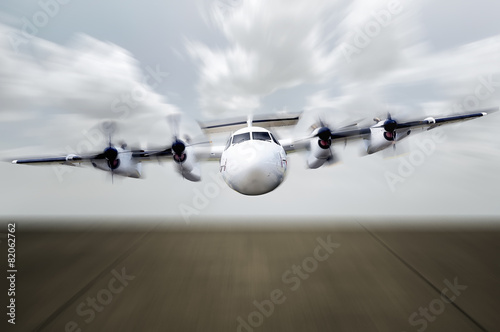 Photo  Propeller Plane Ready For Landing