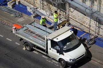 Des ouvriers mettant en place un échafaudage