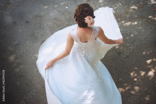 Fotografía  La novia hermosa se coloca de nuevo en su VESTIDO de novia