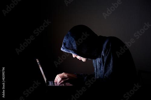 Fotografía  hacker with laptop