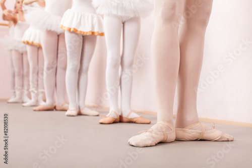 Photo  Group of  little ballerinas practicing ballet with their teacher