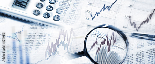 Photo Börsenkurse mit Lupe und Taschenrechner