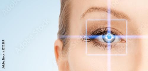 Obraz beautiful woman pointing to eye - fototapety do salonu