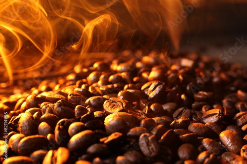 Café en grains Pile of coffee beans with steam, closeup