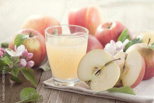 fototapeta na szkło Glas mit Apfelsaft und Jabłka