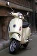 Schöner auf Motorroller classic steht an Hauswand