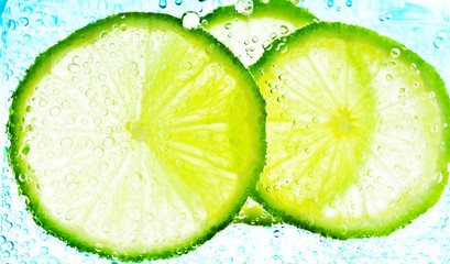 Cut limes in the water with bubbles
