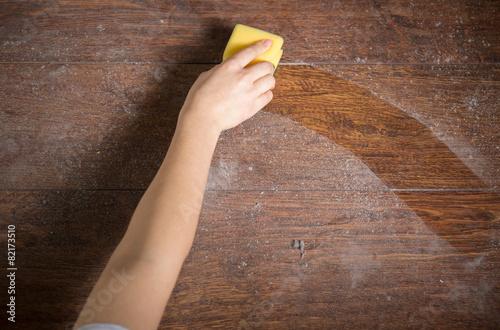 Cuadros en Lienzo Using sponge for cleaning dusty wood